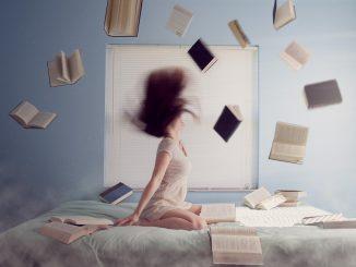 femme sur un lit avec des livres